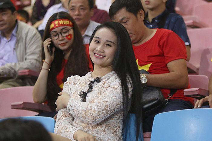 Bạn gái Quang Hải, Văn Đức và dàn hotgirl tỏa sáng trên sân Mỹ Đình Bạn gái Quang Hải, Văn Đức và dàn hotgirl tỏa sáng trên sân Mỹ Đình