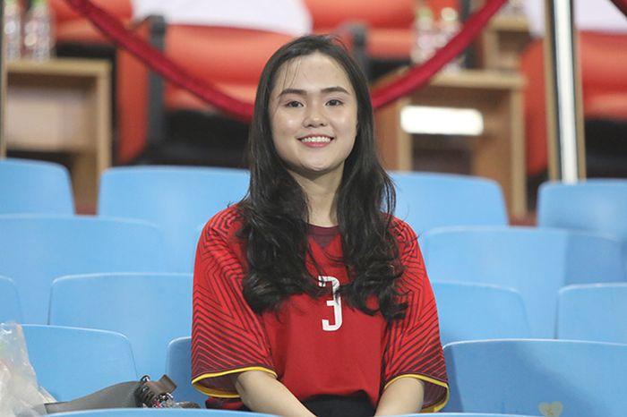 Bạn gái Quang Hải, Văn Đức và dàn hotgirl tỏa sáng trên sân Mỹ Đình