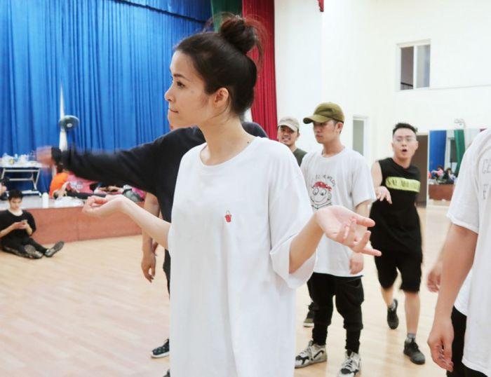 Đông Nhi hé lộ hình ảnh tập luyện vũ đạo căng thẳng trước giờ G liveshow Ten On Ten Đông Nhi hé lộ hình ảnh tập luyện vũ đạo căng thẳng trước giờ G liveshow Ten On Ten