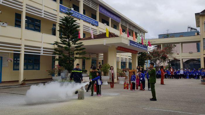 Học sinh tiểu học thực hành phòng cháy chữa cháy