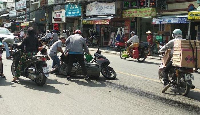 Báo CAND: Hàng loạt xe gắn máy trượt ngã do dính dải nhớt dài hàng trăm mét trên đường