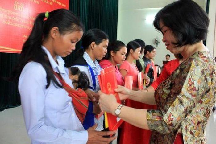 Báo NLĐ: 38 công dân Lào được nhập quốc tịch Việt Nam