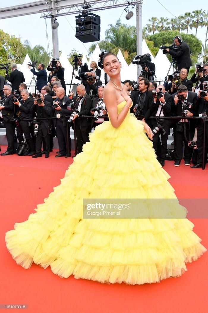 Báo Zing: Người mẫu Brazil bị tuột váy, lộ vòng một trên thảm đỏ LHP Cannes