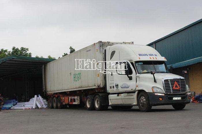 Báo Hải Quan: Cận cảnh container 45 feet chứa vải nguyên liệu 'đội lốt' hàng phế phẩm