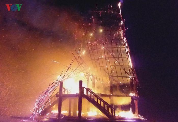 Báo VOV: Sét đánh cháy Nhà rông huyện Đăk Hà, Kon Tum