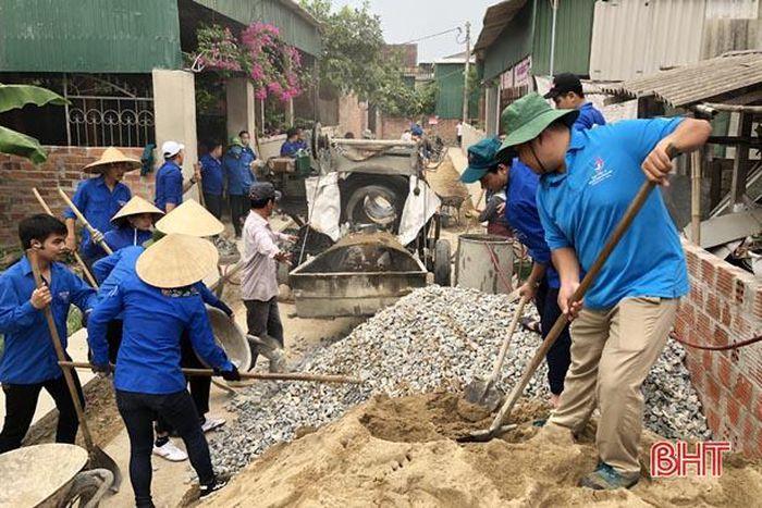 Thành đoàn Hà Tĩnh giúp dân làm 200m đường giao thông