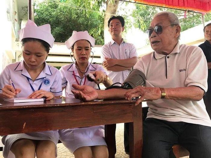 Báo Nhân Dân: Khám bệnh, cấp thuốc miễn phí cho cán bộ lão thành cách mạng và người dân