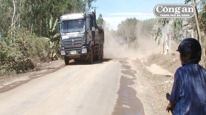 Báo CAĐN: Quảng Ngãi: Xe tải chở đất tiềm ẩn tai nạn