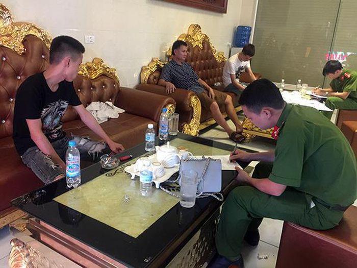 Báo Zing: 32 thanh niên dùng ma túy trong phòng VIP quán karaoke