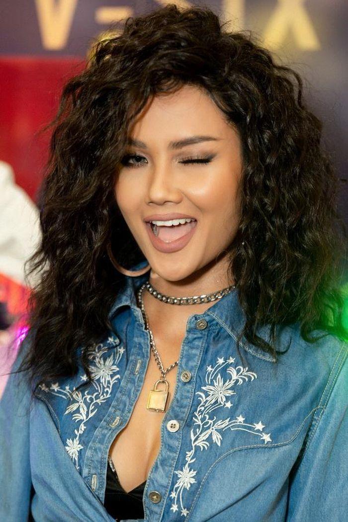 Hoa hậu H'Hen Niê phá cách với mái tóc xoăn mì gói