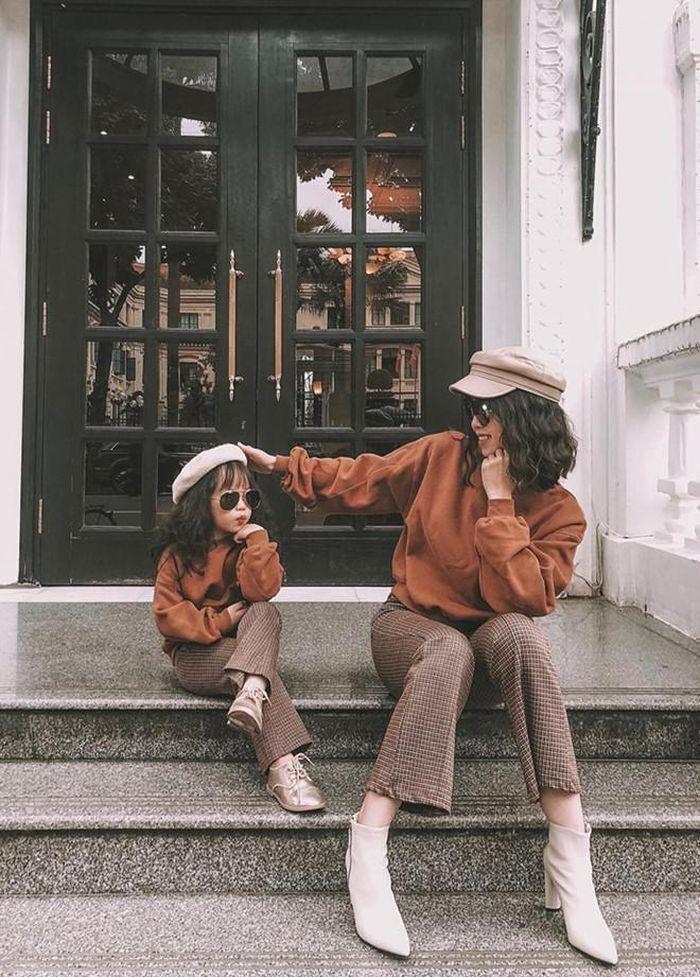 Bộ ảnh 2 mẹ con cùng nhau diện đồ đôi, vi vu khắp nơi được nhiều người chia sẻ trên mạng xã hội.