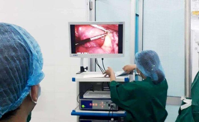 Phẫu thuật cắt ruột thừa, phát hiện thêm xương cá đâm thủng manh tràng