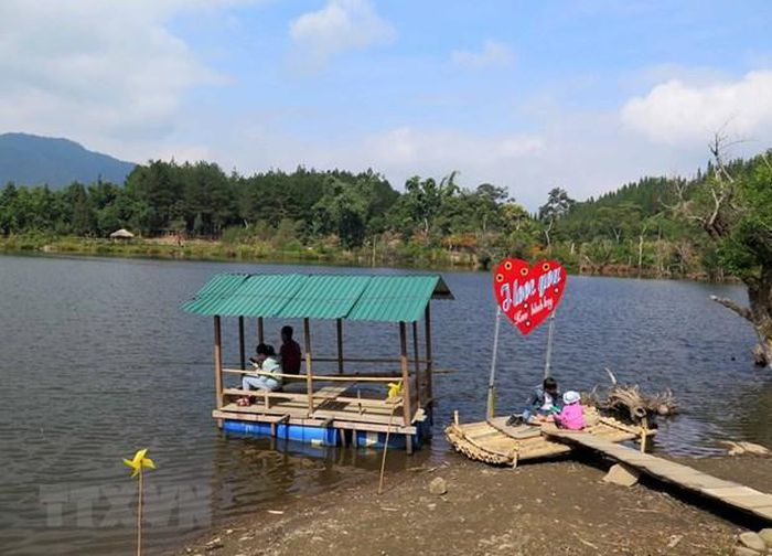 Du khách câu cá tại hồ Noong U. (Ảnh: Xuân Tiến/TTXVN)