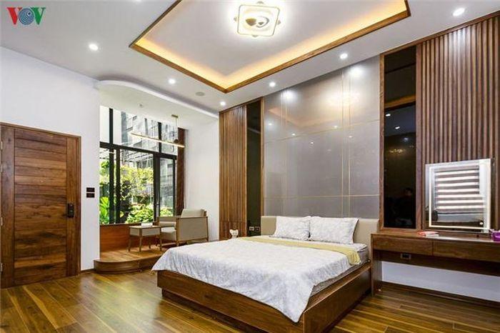 Phòng ngủ cũng có cửa sổ thông ra giếng trời