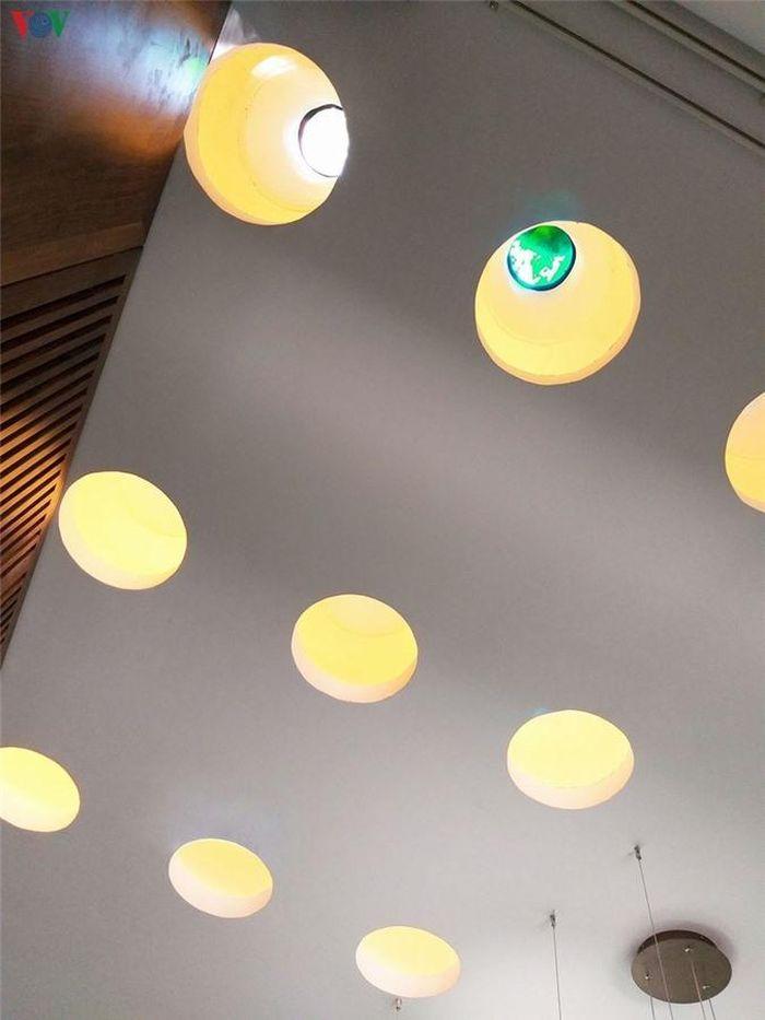 Những lỗ nhỏ ở trần phòng khách có thể nhìn thông ra giếng trời tự nhiên