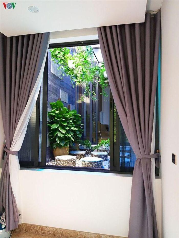 Các không gian trong nhà đều đón được ánh sáng từ khoảng giếng trời trong nhà