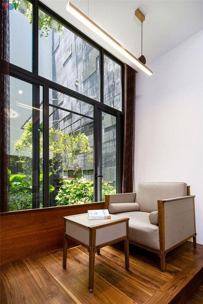 Phòng đọc sách cũng có cửa sổ hướng ra giếng trời