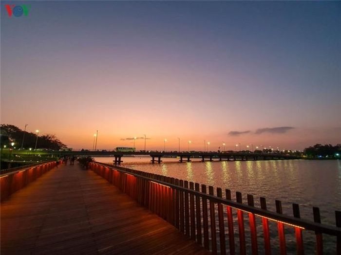 Đường đi bộ tại bờ sông Hương