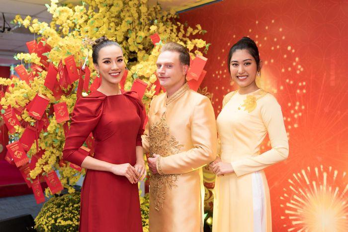 Á hậu Kim Duyên cài trâm của H'Hen Niê, được fan chúc may mắn đầu năm mới