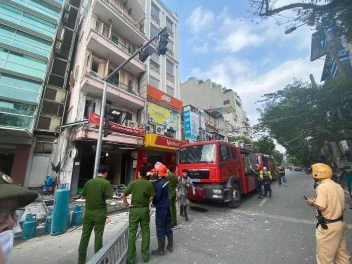 Bình gas nhà hàng gà rán trên phố cổ Hà Nội phát nổ, 5 người bị thương