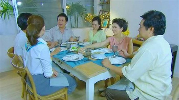 Đang ăn cơm, mẹ tuyên bố một câu khiến bố giật mình đánh rơi bát còn anh em chúng tôi thì nhìn nhau kinh ngạc