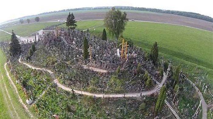 'Rợn tóc gáy' trên ngọn đồi như mê cung có 200.000 thánh giá