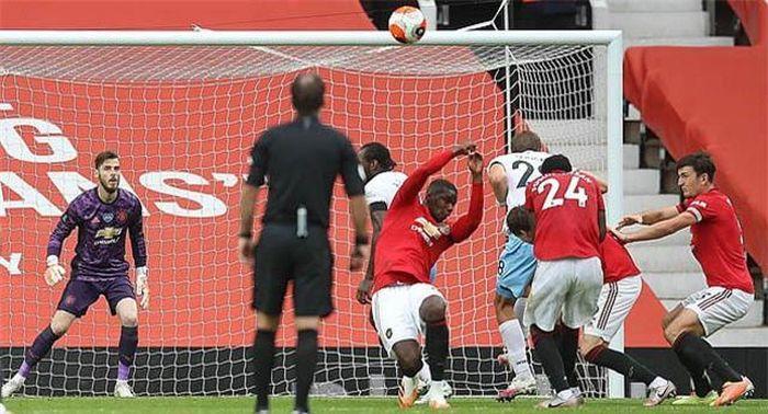 Bộ đôi huyền thoại M.U chửi thẳng mặt Pogba sau khi khiến đội nhà bị thủng lưới 4