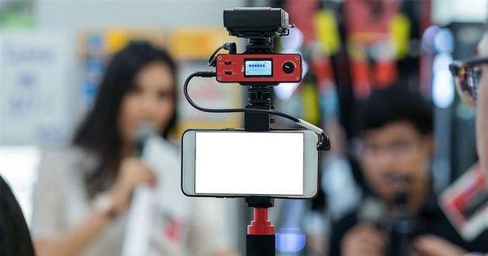 Vlogger dính đòn 'chí tử' khi phải xin giấy phép cho mọi video
