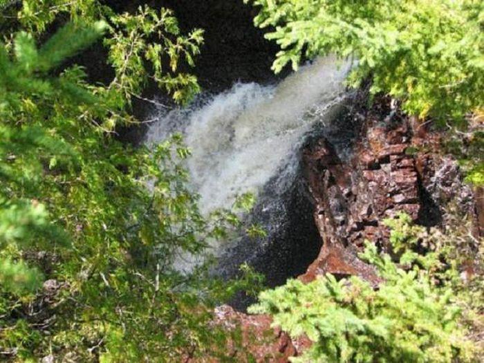 Thác máu kinh dị và những thác nước kỳ lạ nhất thế giới - ảnh 8.