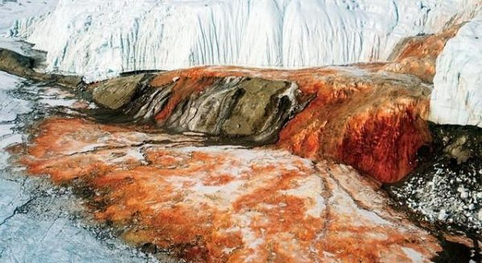 Thác máu kinh dị và những thác nước kỳ lạ nhất thế giới