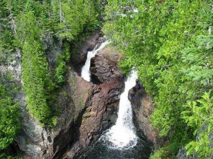 Thác máu kinh dị và những thác nước kỳ lạ nhất thế giới - ảnh 7.