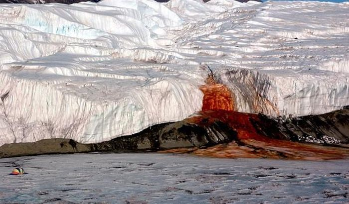 Thác máu kinh dị và những thác nước kỳ lạ nhất thế giới - ảnh 2.