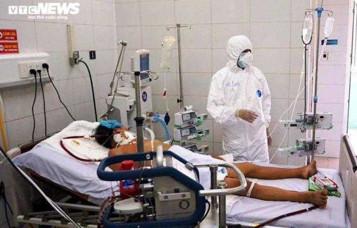Bác sĩ Linh điều trị cho bệnh nhân COVID-19 tại Đà Nẵng.