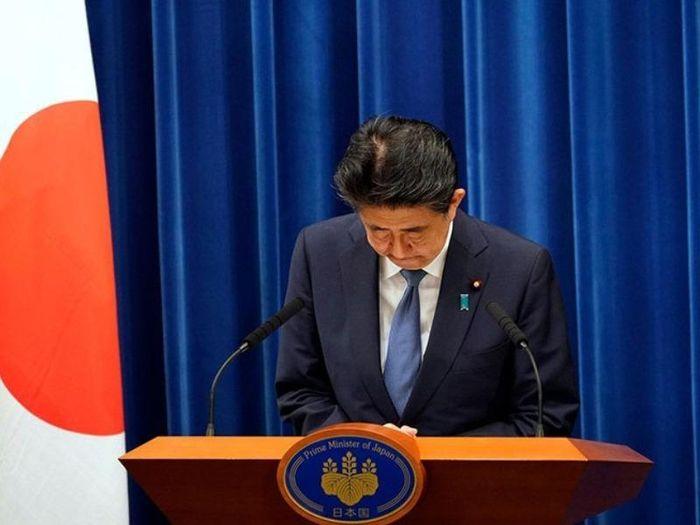 Thủ tướng Nhật Bản Shinzo Abe trước khi bước vào cuộc họp báo thông báo quyết định từ chức của ông tại Tokyo ngày 28/8