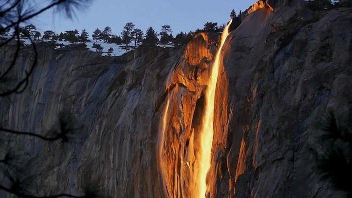 Chùm ảnh: Ngắm hiện tượng 'thác lửa' cực hiếm gặp ở Mỹ - ảnh 3.