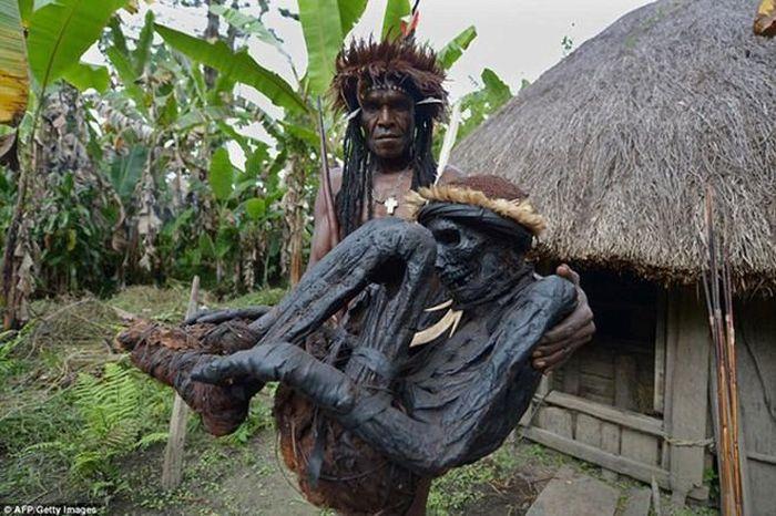 Bộ tộc ướp xác người chết bằng khói, mặc trang phục đặc biệt