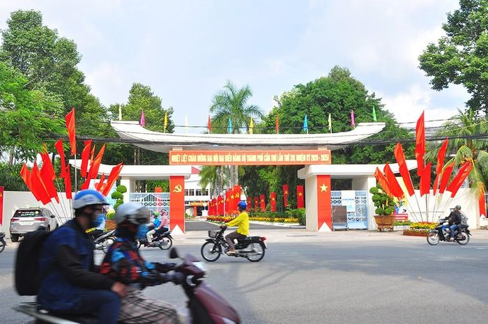 Đường phố Cần Thơ rợp bóng cờ hoa chào mừng Đại hội Đảng