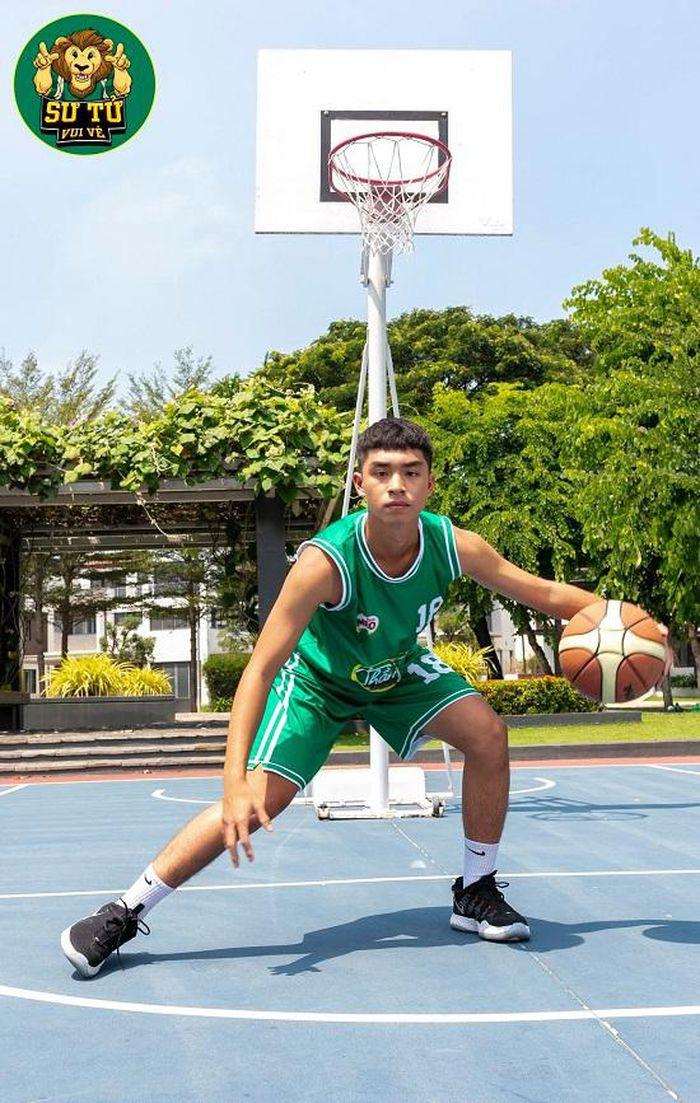 Will - Cường Seven toát mồ hôi khi hướng dẫn học trò tạo dáng với bóng rổ