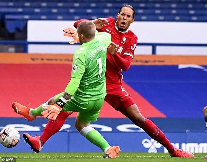 NÓNG: van Dijk nghỉ gần hết mùa giải