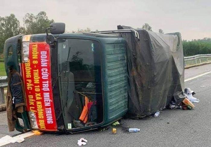 Xe chở hàng cứu trợ gặp nạn, tài xế bị thương nặng - Zing - Tri thức trực  tuyến