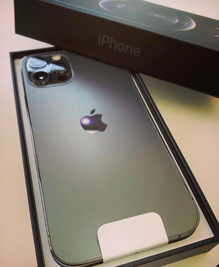 Bất chấp COVID-19, người hâm mộ Apple vẫn xếp hàng từ sớm đợi mua iPhone 12