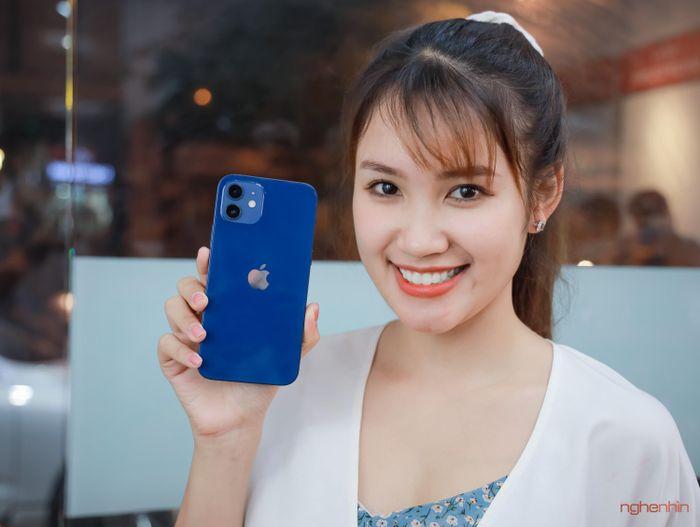 Trên tay iPhone 12 đầu tiên tại Việt Nam giá 23 triệu