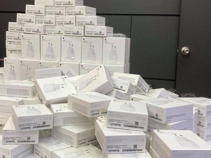 Loạn giá sạc iPhone 12 tại Việt Nam