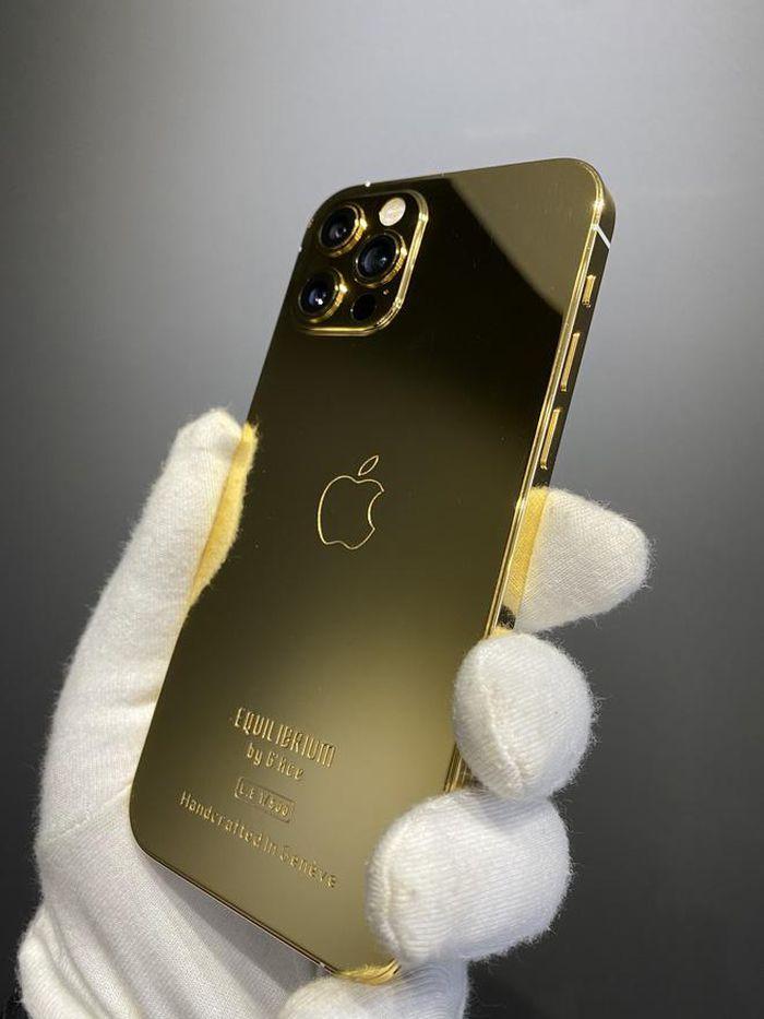 Nhà chế tác Việt mạ vàng iPhone 12 Pro đầu tiên thế giới: Tôi điên lắm mới đi được đến đây