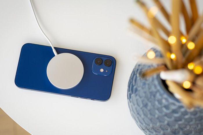IPhone 12 bị ẩn tính năng sạc ngược không dây