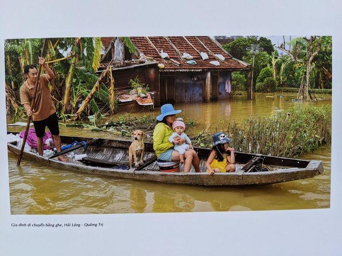 HÌnh ảnh Chạy lũ, ảnh của Trần Thế Phong tại triển lãm, một gia đình ở Hải Lăng (Quảng Trị)