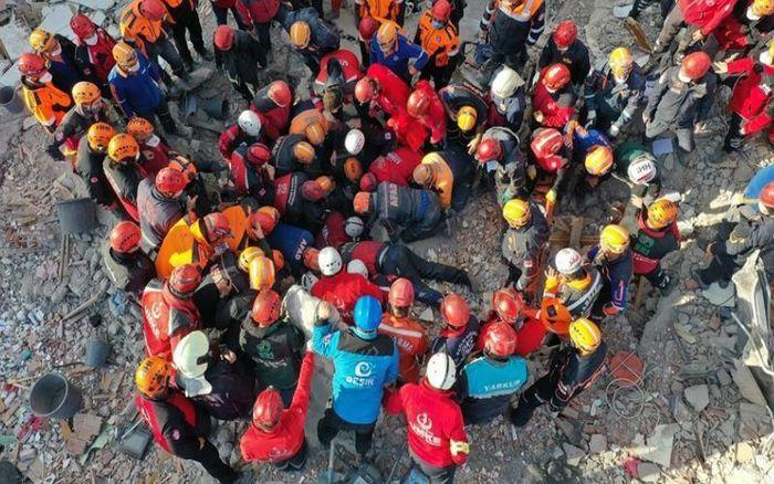Khó tin, một bé gái còn sống sau hơn 90 giờ vị chôn vùi vì động đất