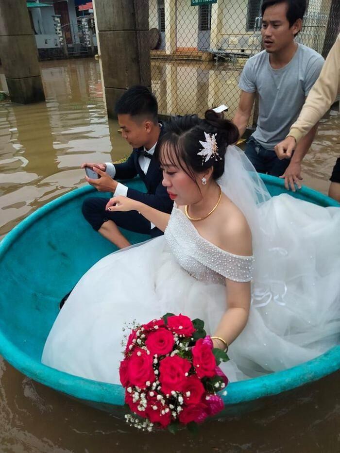 Đám cưới mùa mưa lũ ở Quảng Ngãi: Dâu rể ngồi thuyền thúng, quan viên bì bõm lội nước đến chung vui - ảnh 2.