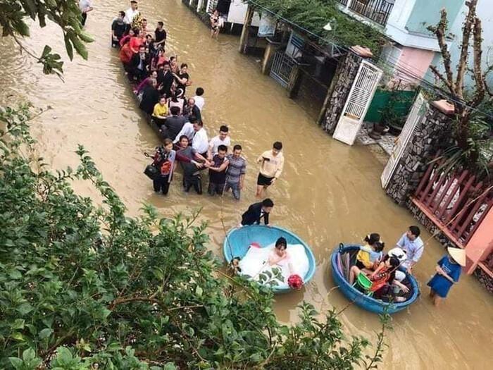 Đám cưới mùa mưa lũ ở Quảng Ngãi: Dâu rể ngồi thuyền thúng, quan viên bì bõm lội nước đến chung vui - ảnh 3.
