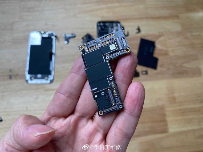 'Mổ bụng' iPhone 12 Pro Max, lộ thiết kế 'ngược đời' và viên pin gây thất vọng